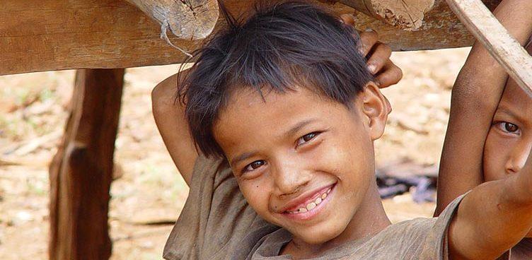 Enfant cambodgien sourire rencontre dans le ratanakiri au cambodgre