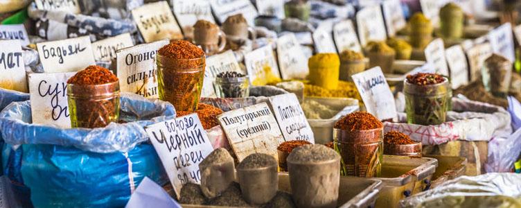 Épices au bazar de Bishkek en Kirghizie