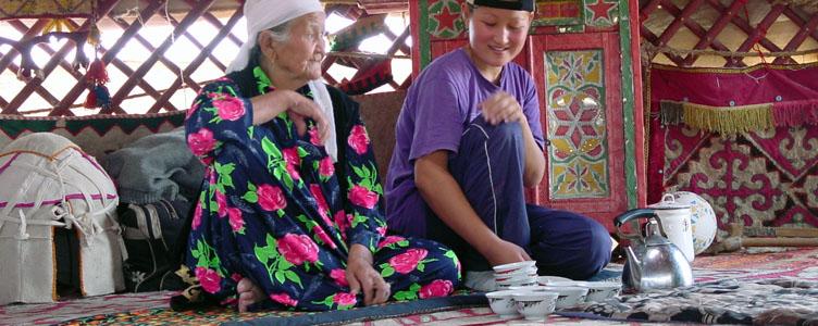 Nomades sous la yourte en voyage kirghizie ouzbekistan samsara