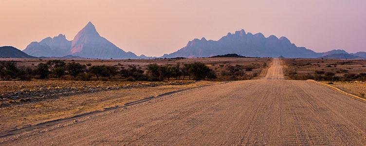 Piste typique dans le désert du Naukuft en Namibie