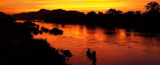 Laos rivière coucher de soleil