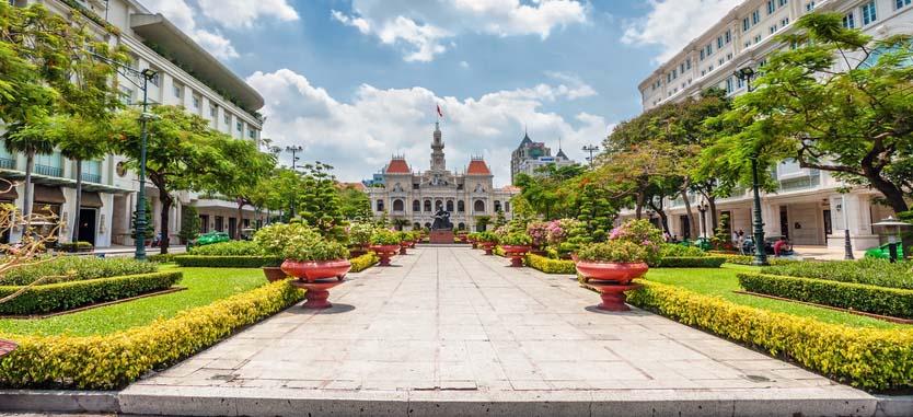 Vue sur Saïgon, parc devant monument colonial